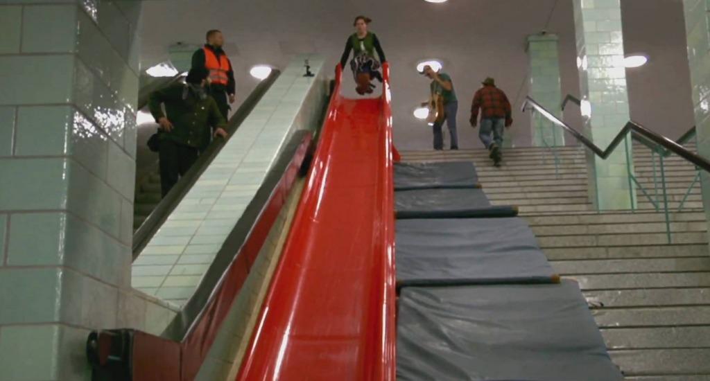 もしも地下鉄の階段が滑り台だったら、超ハッピー!陽気な人々の反応がいい!!