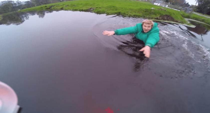 池の上空でバッテリー切れになってしまったマルチコプター!しかしずぶ濡れになりながらもギリギリでキャッチ成功!!