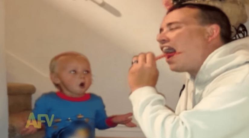 パパがムカデのおもちゃを食べたふり!少女の反応が可愛すぎるwwwwwwwwww