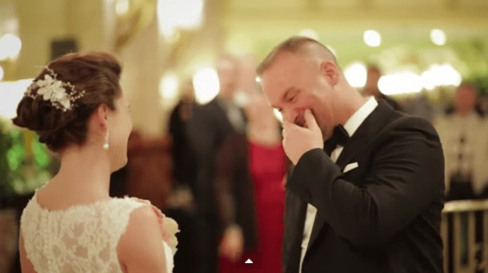 【感動】初めて花嫁のウェディングドレス姿を見た花婿の反応を集めた映像が素敵!!