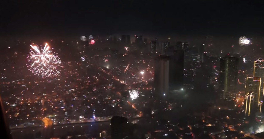 360度見渡す限り地平線の奥まで、いたる場所から打ち上げられるフィリピンの新年花火がすごい!!