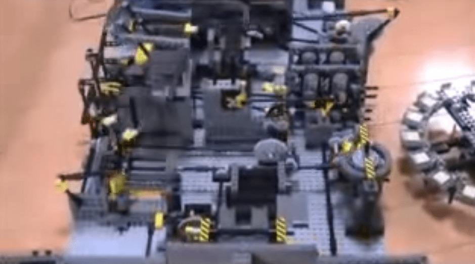 圧倒的クオリティ!レゴで作られた謎の工場がウネウネ動く!まるでターミネーターの世界だと話題に