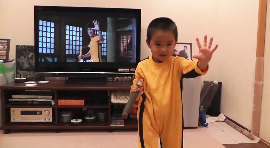 凄い!ブルース・リーのヌンチャクを完コピしてしまった4歳児が可愛いすぎて大人気に!!!