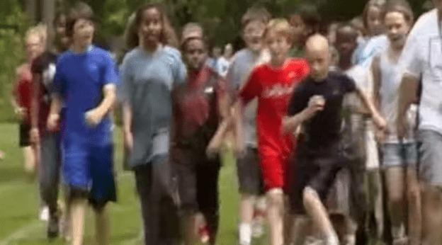【感動】障害を持つ少年が運動会に参加したものの、みんなについていけない。。その姿を見たクラスメイト達が取った行動に心打たれる。