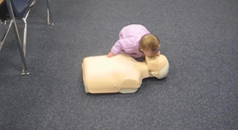 一体どこで覚えたんだろう?心臓マッサージと人工呼吸をする赤ちゃん!!!