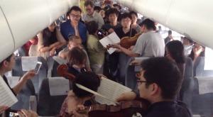 機内で3時間以上待機させられイラ立つ乗客たち。しかし偶然乗り合わせた名門オーケストラの団員が機内でコンサート!乗客拍手喝采で大満足!!