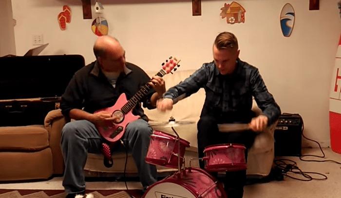 子供の幼児用楽器セットで超絶メタルを演奏するパパ!!!