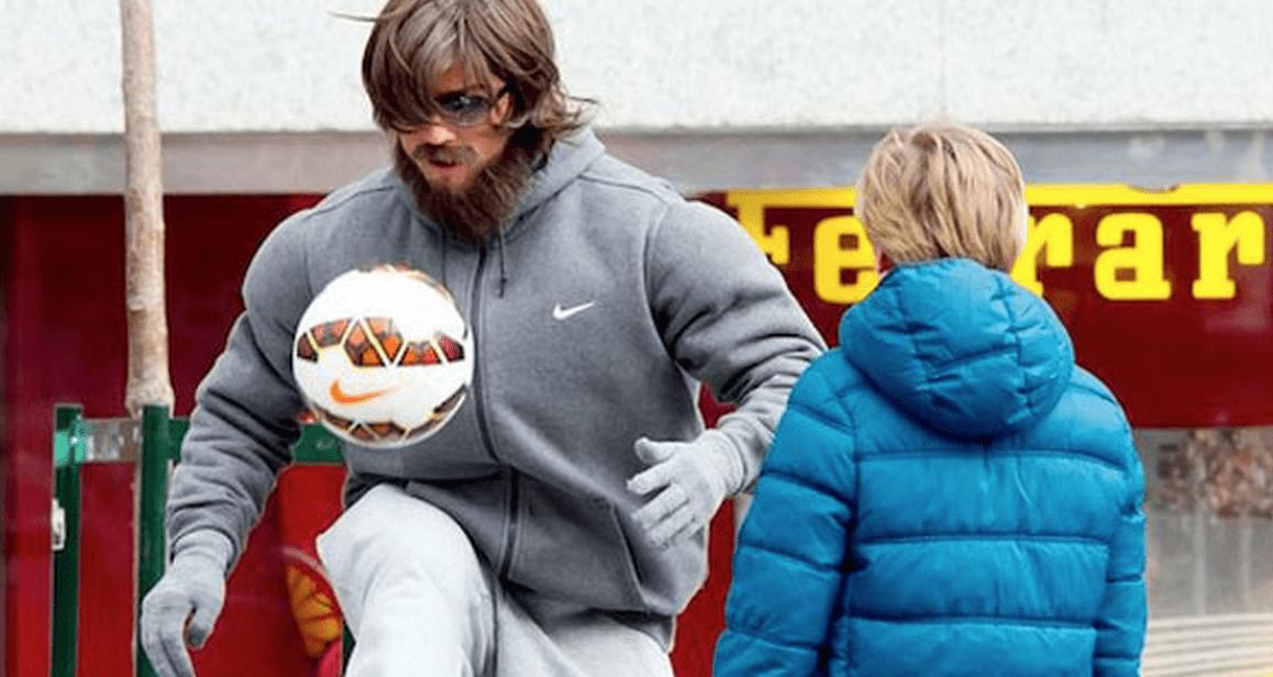 【サプライズ】少年とサッカーボールで遊ぶ胡散臭いオジサン、実はロナウドだった!