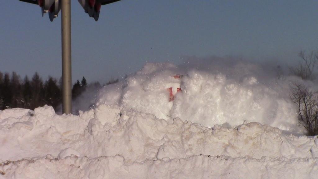 絶対前見えていない!めちゃめちゃ深い雪をかき分けて走行する列車の迫力がスゴい!!