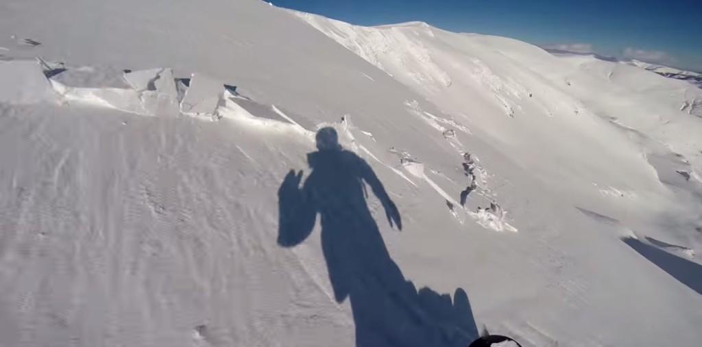 目の前で雪崩が発生!突然地面がビシビシ割れ、気づけば飲み込まれている!!