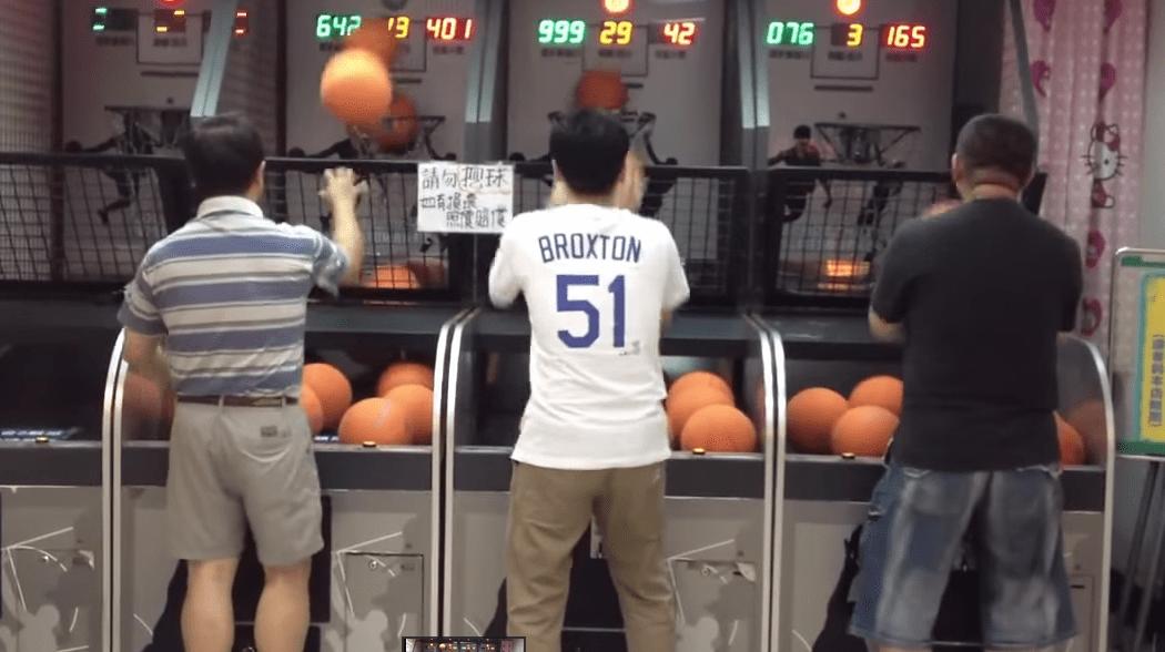 【神技】バスケゲームで1秒間に3.8回もシュートを決める達人!!!