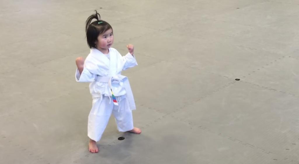 テコンドーの教えを復唱する3歳の女の子の元気っぷりが超可愛い!!!