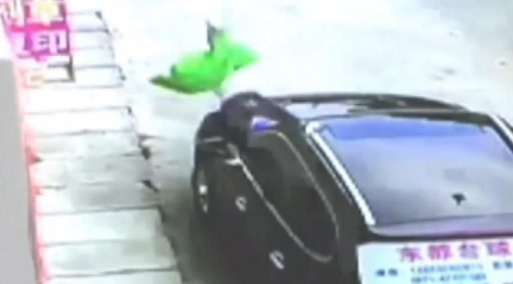 3歳の男の子が3階から車の上に落下するも奇跡的に無傷!その一部始終を捉えた防犯カメラ映像