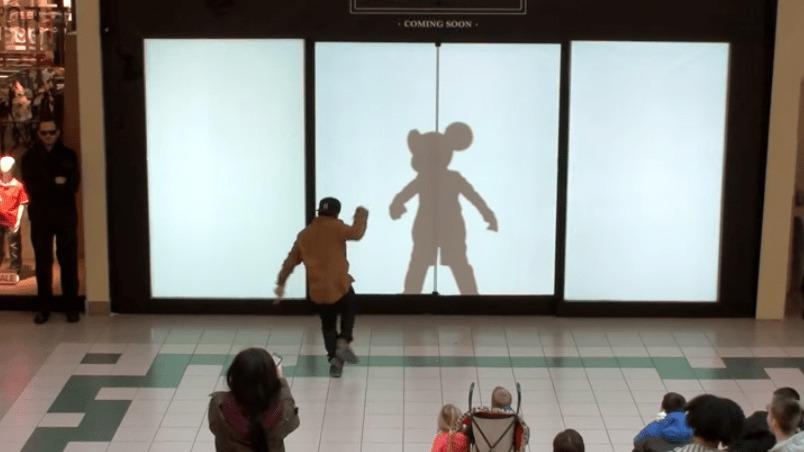 スクリーンの前を通ると自分の影がディズニーキャラクターに!流石はディズニーの素敵なサプライズ!!