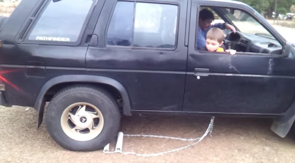 トランスミッションが故障して、バックが出来なくなった車でバックするナイスなアイディア!!