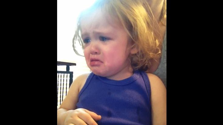 両親の結婚式のビデオを見て感動のあまり泣いてしまう女の子