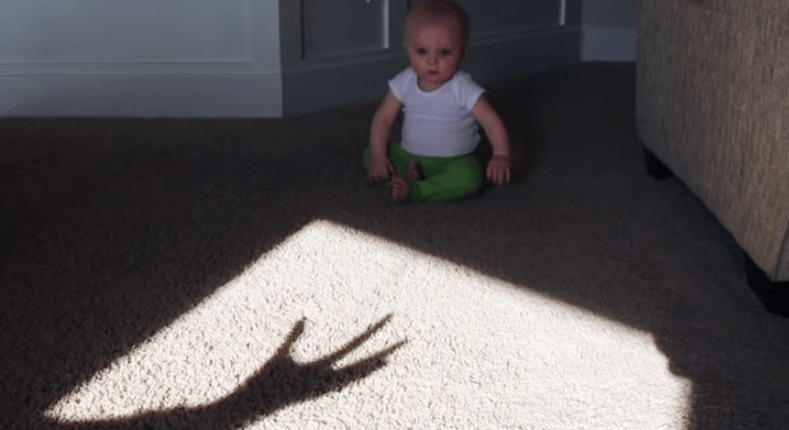 襲いかかる「悪魔の手」に興味津々の赤ちゃんが可愛い!!