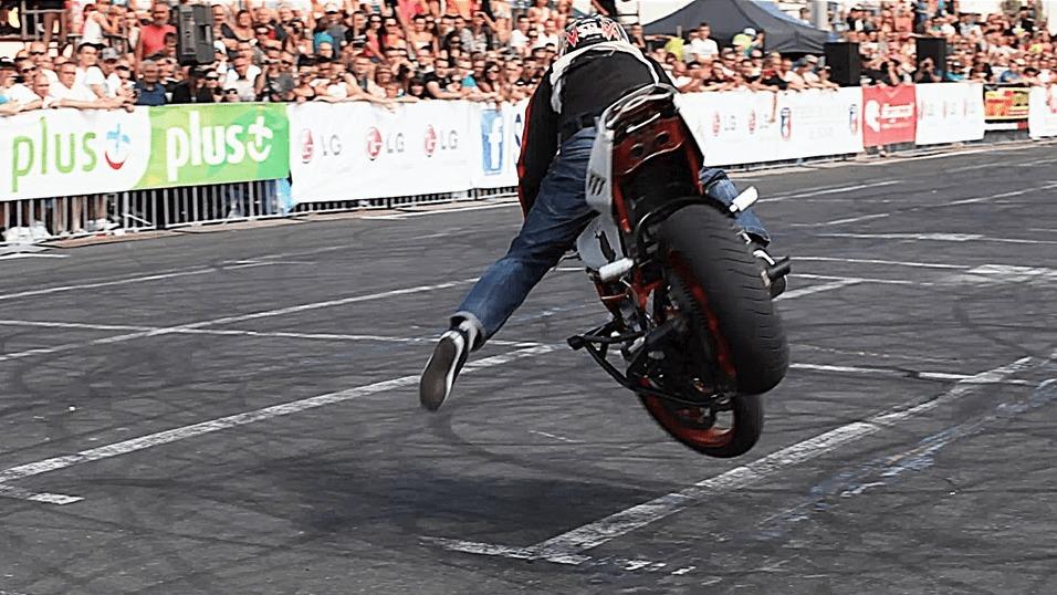 【神技】まるでBMXのように軽々と大型バイクを乗りこなす超絶パフォーマンス!!