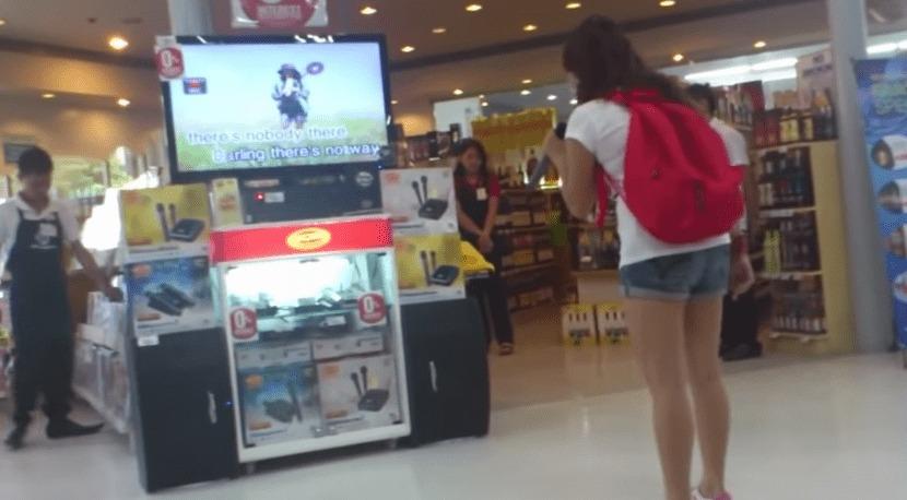 ショッピングモールに置かれたカラオケマシーンで、驚愕の歌唱力を披露する少女!あまりの歌唱力に最後は人だかりに!!