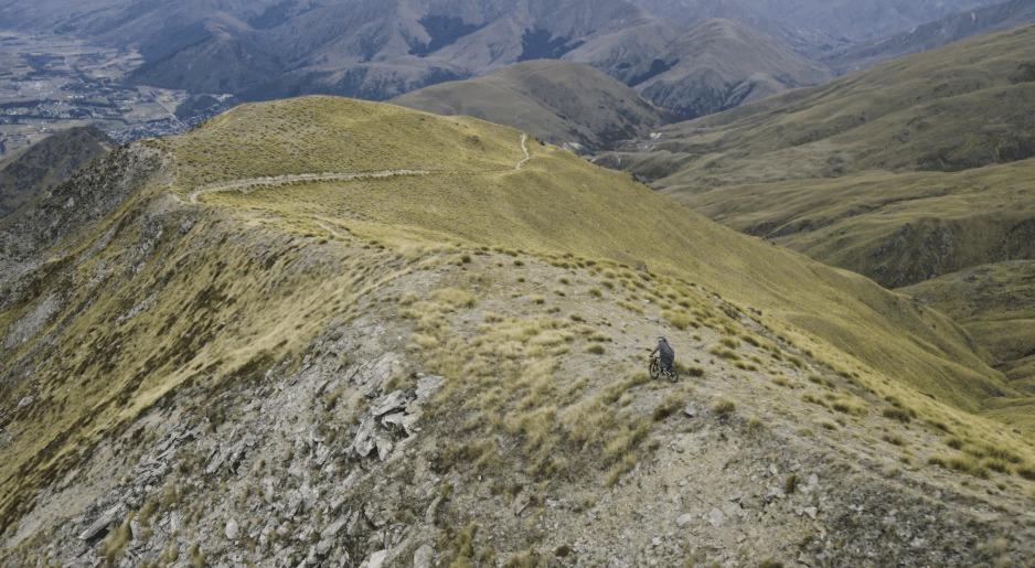 ニュージーランドの広大な土地を高速で下る!ダウンヒルの空撮映像がめちゃ爽快!!!