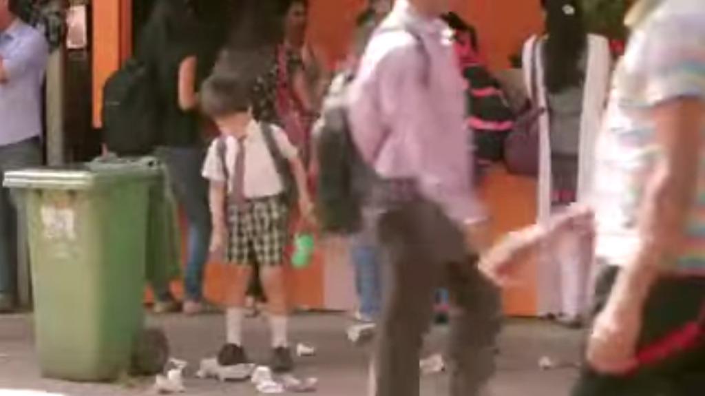 【社会実験】散らかり放題の店の前、子供がゴミを拾う姿を見た大人の反応は?