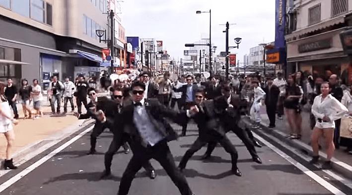大宮駅を「カンナムスタイル」でジャックするスーツ集団がカッコイイ!!