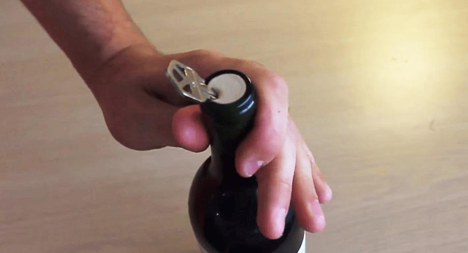 鍵を使って超カンタンにワインのコルクを空ける方法!!