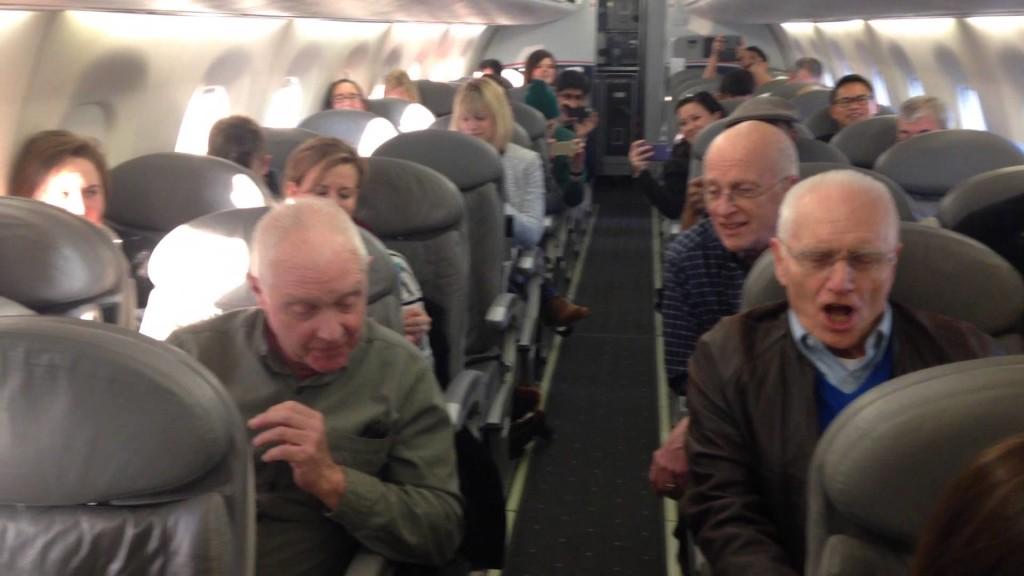 遅延した飛行機の重苦しい空気を一変させた、おじいちゃん達の素晴らしいハーモニー!