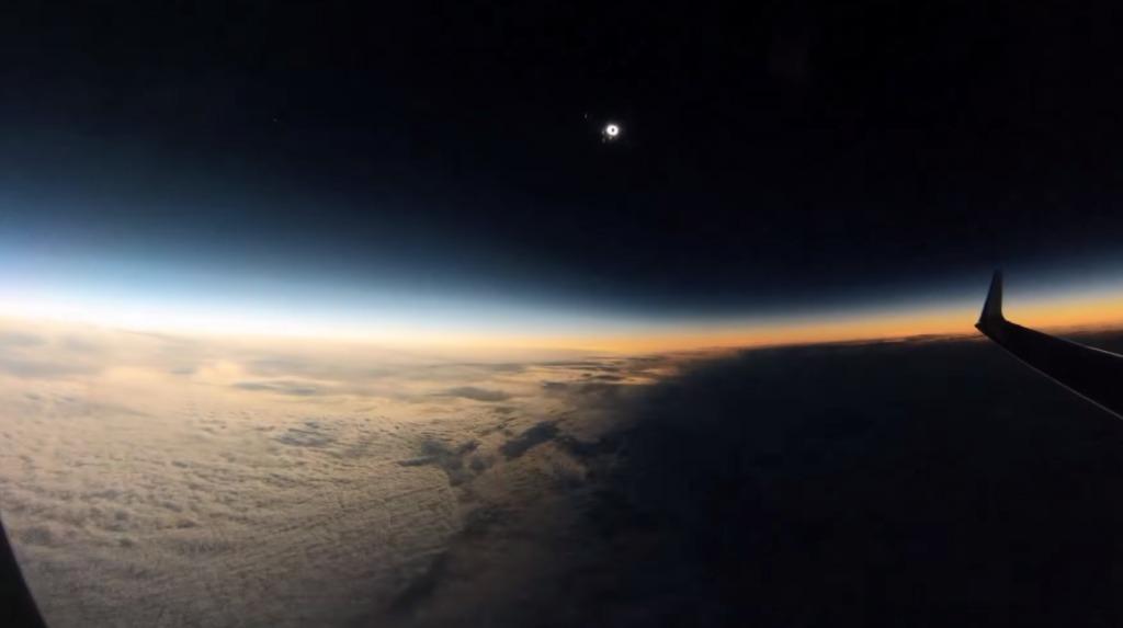 瞬く間に過ぎ去る「月の影」!飛行機の中から撮影した日食の貴重な映像!!