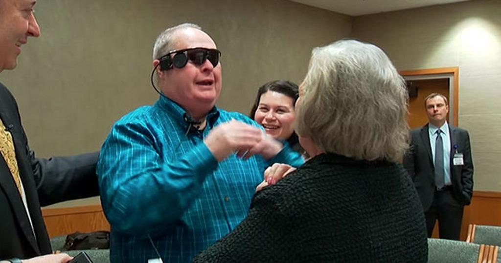 【感動】妻を見たことがない盲目男性、人工網膜により20年ぶりに視力が回復!「初めてのご対面」に涙!