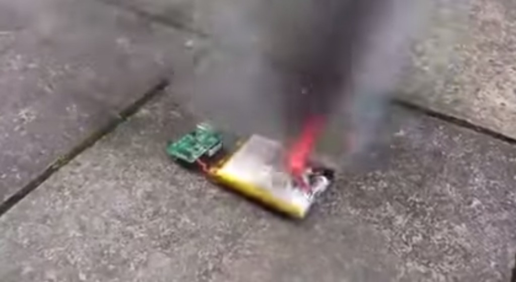 【マネ厳禁】スマホのバッテリーをナイフで突くと大変なことに!でもサバイバル術としては有効?!