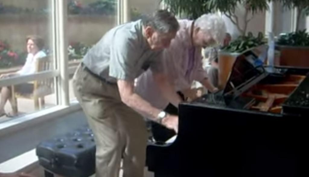 ステキ!結婚62年の老夫婦が病院内のピアノで見事なセッション!!