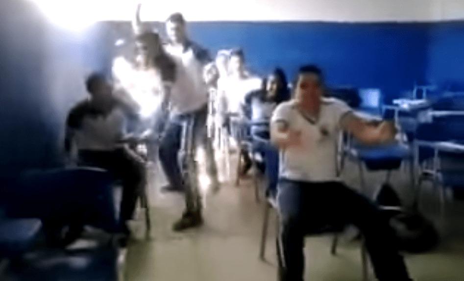 ナイス演技!教室で乱暴な運転のスクールバス車内を再現してみた!!