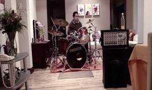 【実験】深夜のドラム演奏には怒鳴り込んでくる住人。しかし、激しい家庭内暴力には我関せず?!