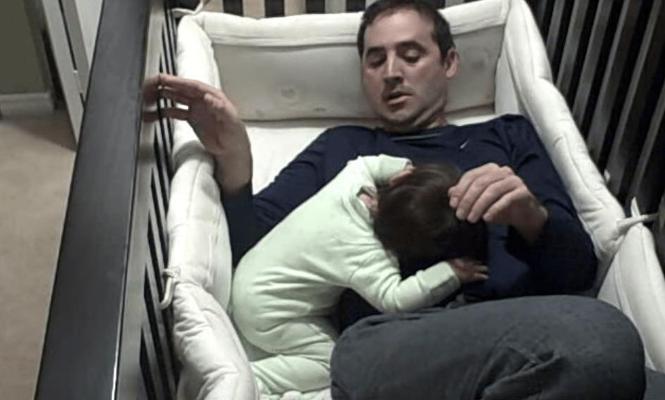 娘をベットに寝かしつけようとしたら、変な体勢で眠ってしまい、ベッドから出られなくなってしまったパパwwwwwww