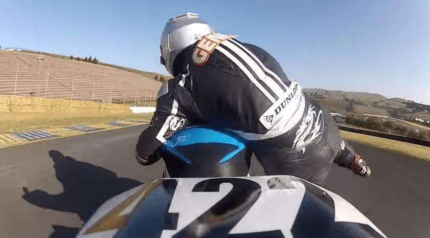 【神技】レース中転倒しそうになったライダー、超絶テクニックで体勢を立て直す!!