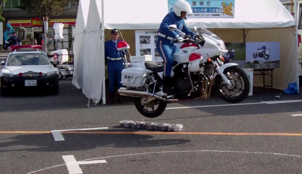 【神技】さすがプロ!!300kgの白バイを軽々とジャンプさせる超絶テクニック!!!
