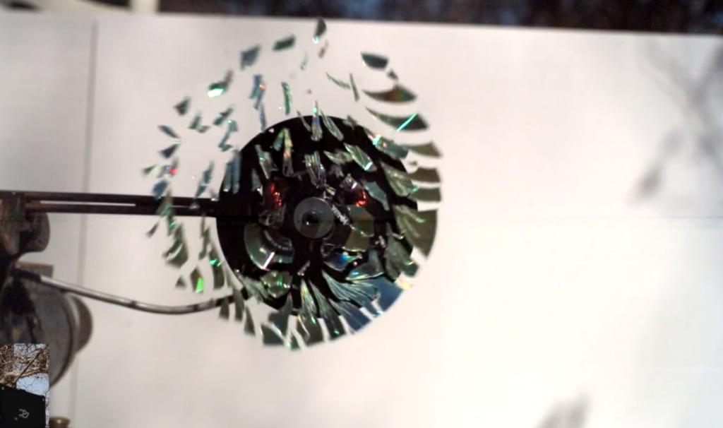 CDを超高速回転させると、信じられない割れ方をする!そのスローモーション映像!!