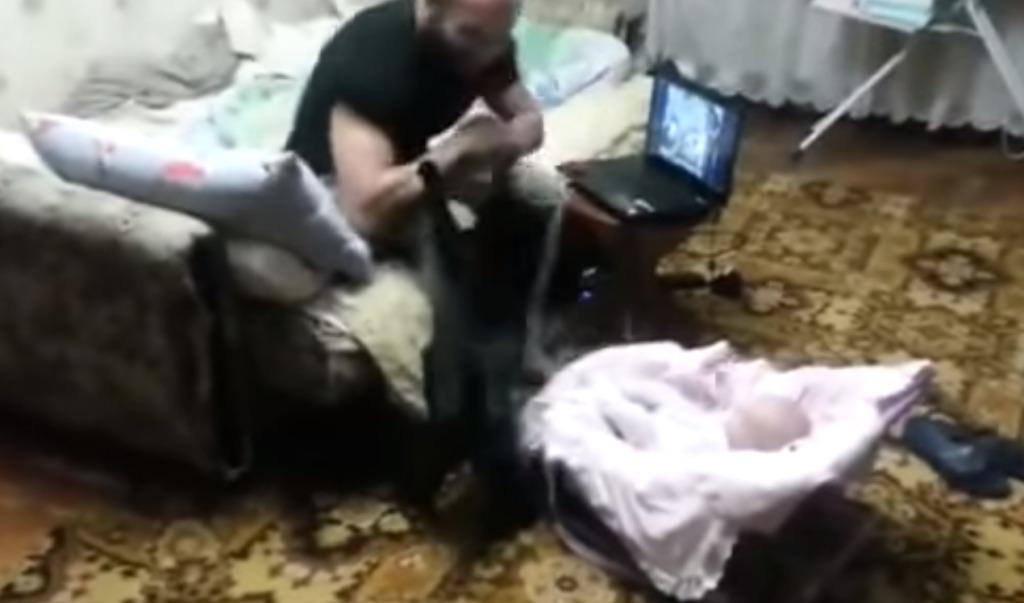 パパが赤ちゃんを叩くフリをしたら、飼い猫がすごい剣幕で助けにやってきた!!