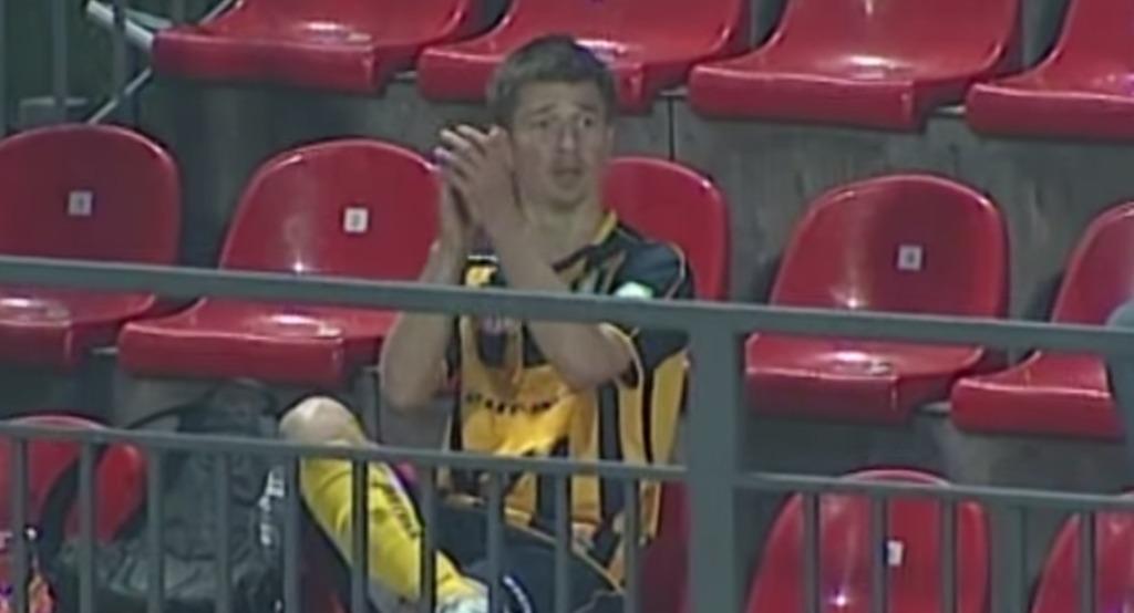 【驚愕】自分のゴールを自分で拍手!観客席まで登って自分に拍手したサッカー選手wwwwww