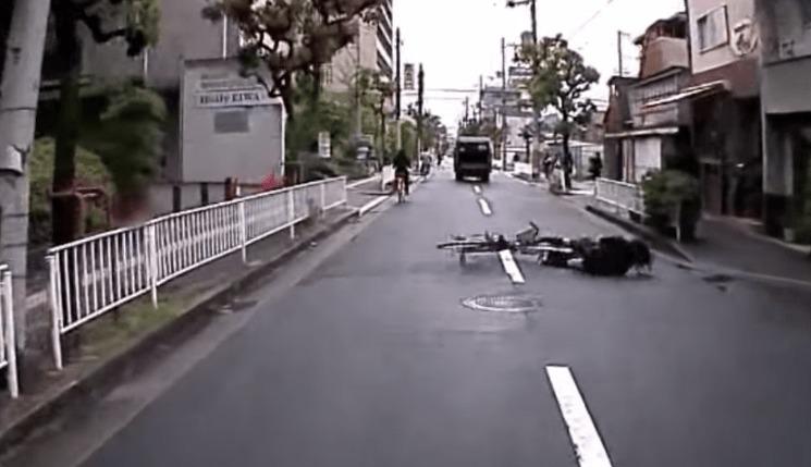 さすが人情の街!自転車でコケた女性を助けるため、一斉に駆け寄ってくる大阪の人々!!