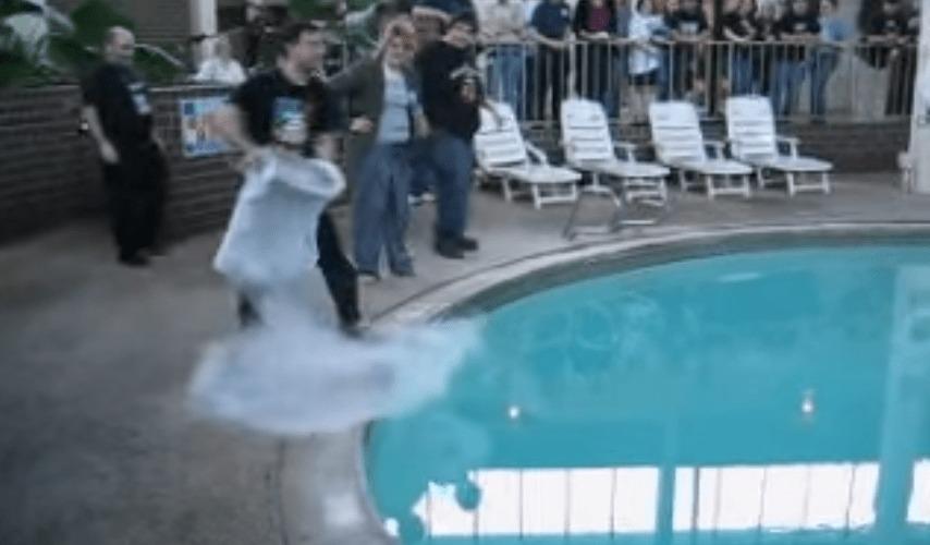 洗面器いっぱいの液体窒素をプールに放り投げたら凄いことに!!