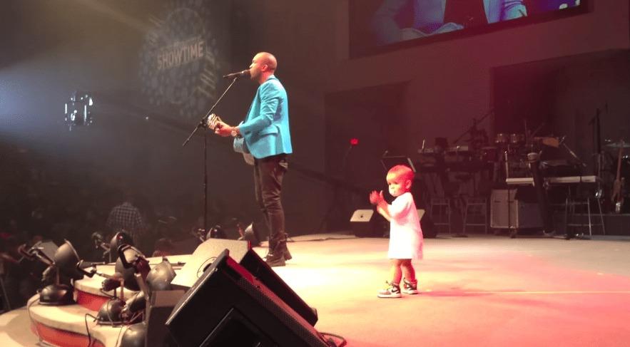 パパのコンサートのステージで、自由気ままに踊りまくる赤ちゃんに観客も大喜び!!