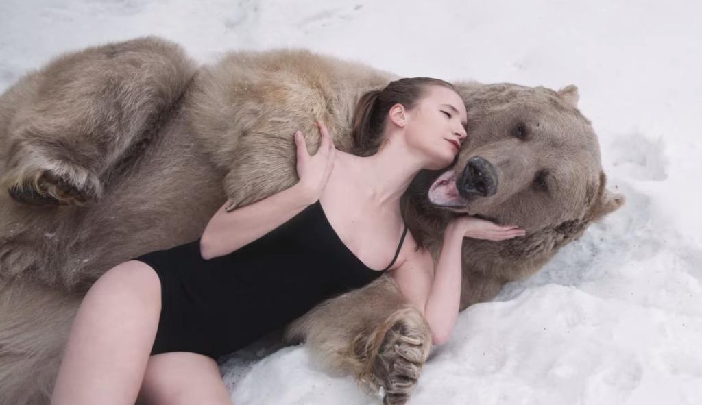 ロシアの美人モデルが本物の「ヒグマ」とセクシーポーズ!狩猟反対キャンペーンの撮影会が衝撃的!!