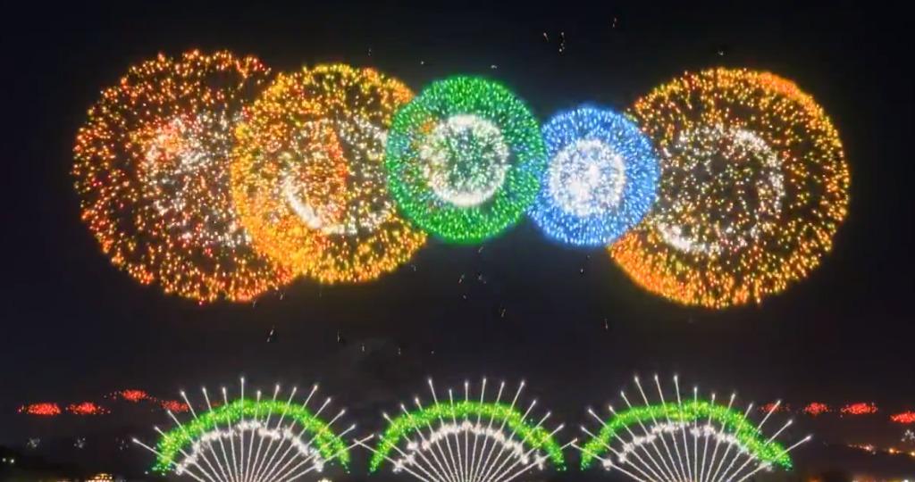 月明かりの富士をバックに1万発の花火!「河口湖湖上祭」の美しい映像が海外で絶賛されている!!