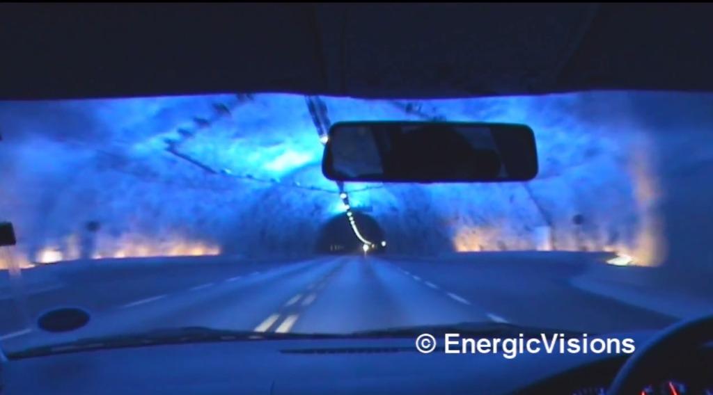 異世界すぎて逆に怖い!ドライバーが居眠りしないためにトンネルに施された美しすぎる演出「青の洞窟」!