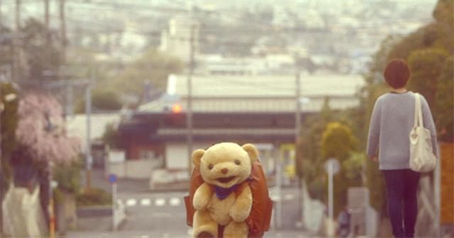 クマのぬいぐるみが動き出した!一体どこへ向かっているの?!とってもキュートなショートムービー!