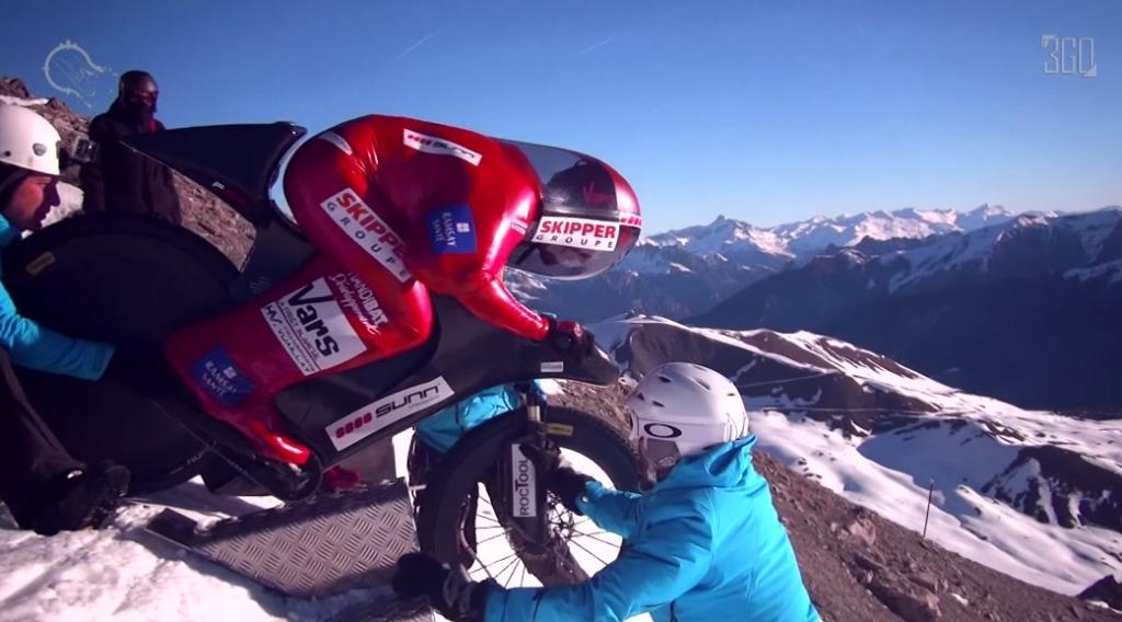 自転車で雪山を時速223.3kmで下り世界記録達成!!