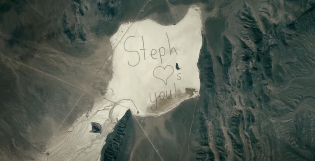 宇宙にいるパパに「愛してる」と伝えたい!驚きの方法で砂漠に描かれた壮大なメッセージ!!