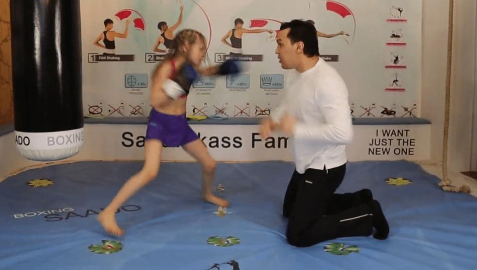 8歳のボクシング少女が繰り出すパンチがキレッキレ!全然勝てる気がしない!!